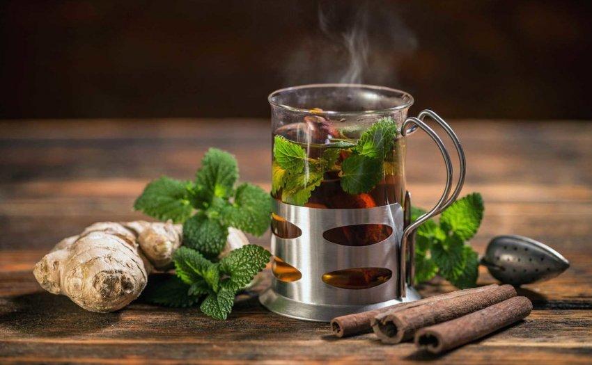 Имбирный чай с мелисой и корицей
