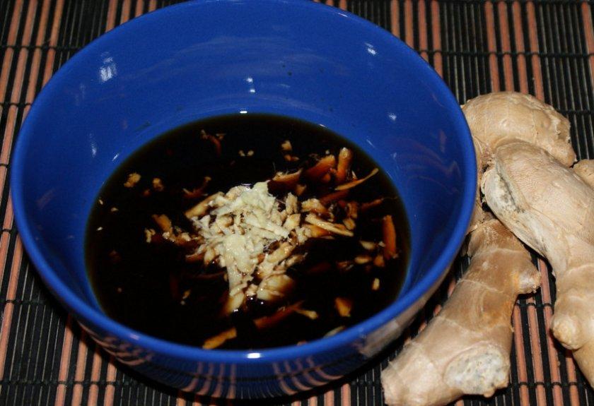 Имбирь с чёрным молотым перцем и соевым соусом