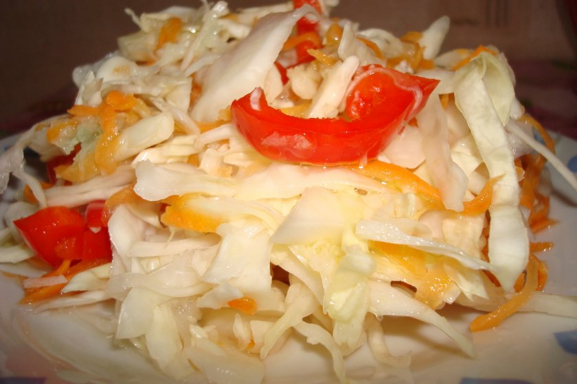 Маринованная капуста с перцем, луком и маслом