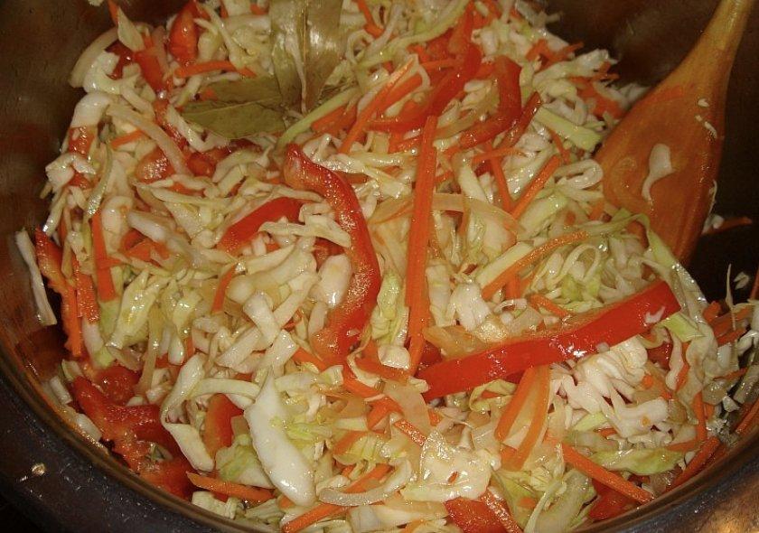 Маринованная капуста с перцем, морковью и чесноком