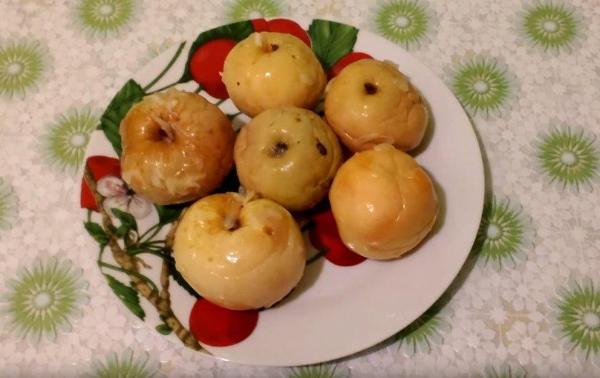 Квашенные яблоки в бочке