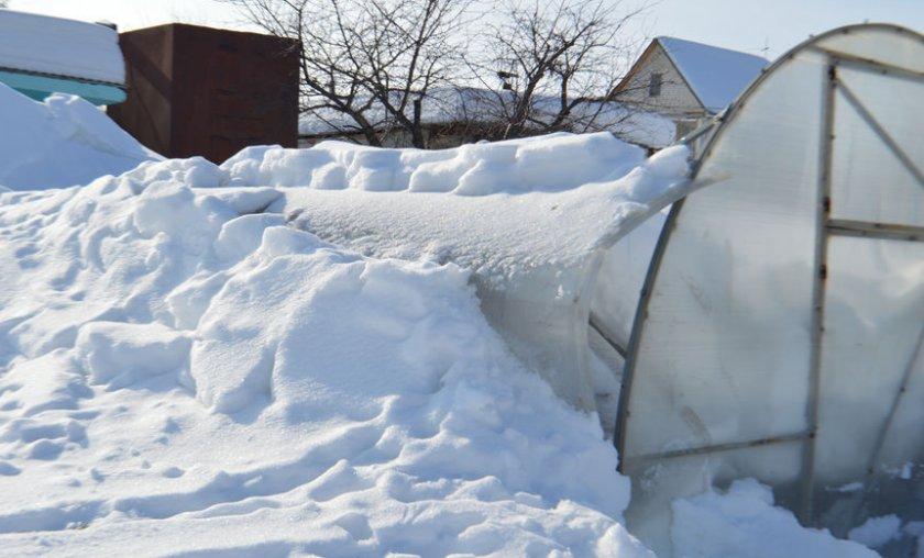 Теплица деформировалась под снегом