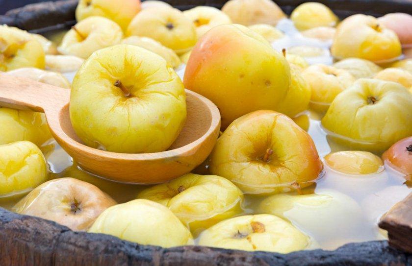 Мочёные яблоки в бочке