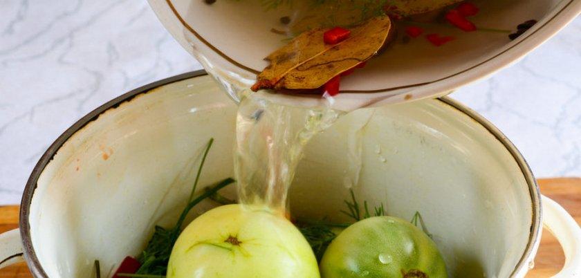 засолка бурых помидоров в кастрюле
