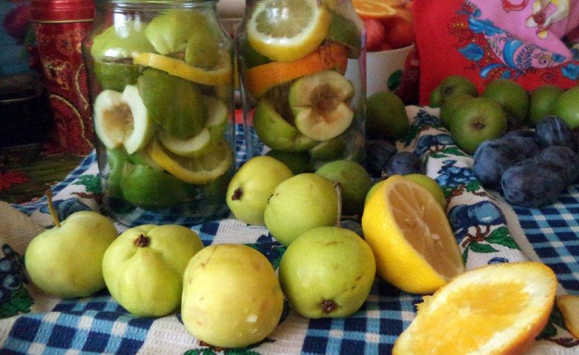 Компот из яблок, апельсина и сливы