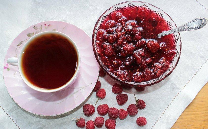 Чай с малиновым вареньем