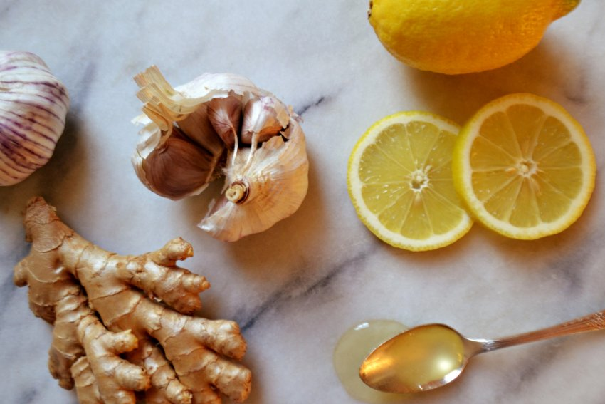 Смесь имбиря, мёда и чеснока