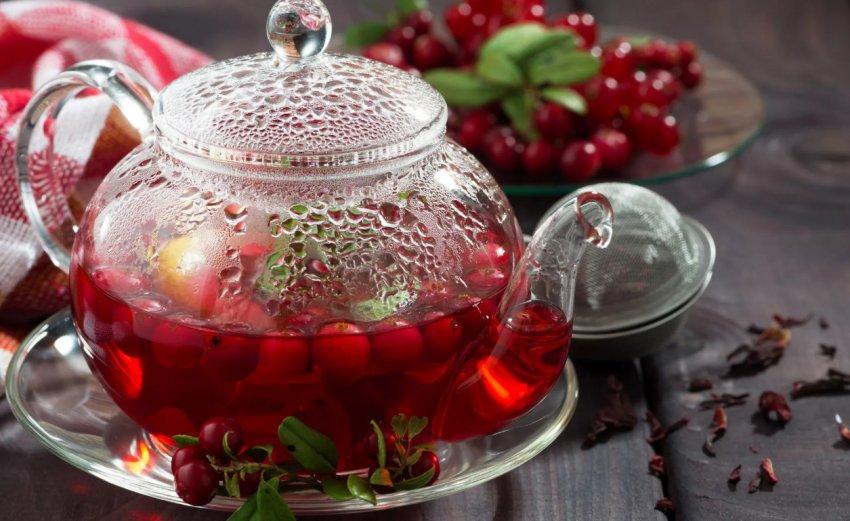 Брусничный чай с листьями и ягодами