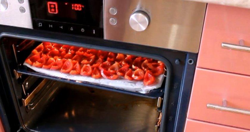 Противень с томатами в духовке